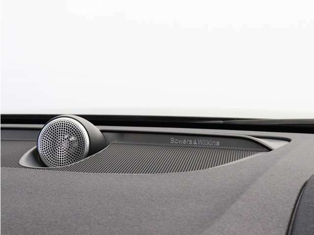 世界のオーディオファン垂涎のBowers&Wilkinsプレミアムサウンドシステムを搭載。コンサートホールのベストポジションに相当する音場空間を忠実に再現。乗る人すべてに驚きの音響体験を提供します。