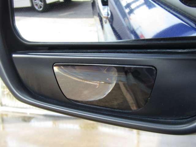 リバース連動ドアミラーとなっていて、シフトレバーを[R]に入れると、助手席側ドアミラーの鏡面が自動で下向きになり、左後輪付近の視認性を向上します♪また見づらい死角も補助ミラーがついているので、安心です