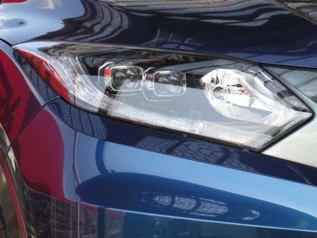 ロービームに、先進的で燃費性能にも寄与するLEDを片側2灯を採用しています。ハウジングをブラックとし、深い奥行きのなかから透明感のあるレンズが浮かぶ見え方になっていて、エレガントな印象です。
