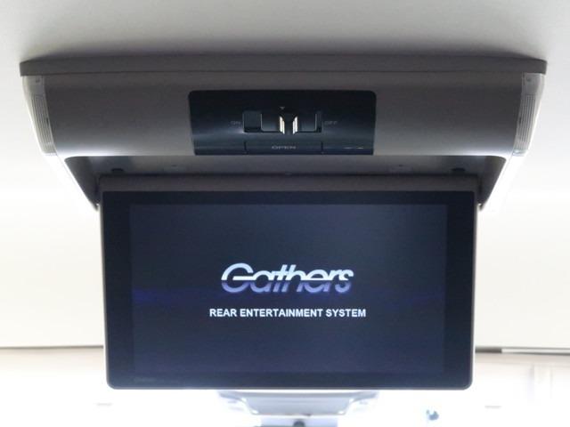 リア席モニター(フリップダウンモニター)装備!ナビゲーションと組み合わせることで、走行中でも後席では地上デジタルTV放送やDVDビデオなどの映像も楽しめます。