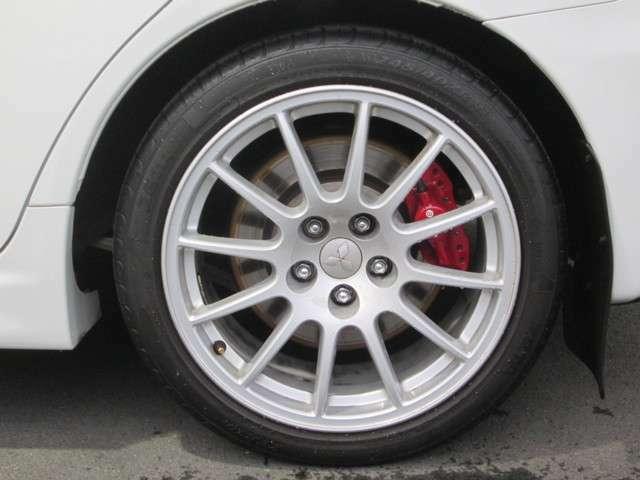 純正18インチアルミホイール(エンケイ社製) タイヤサイズ 245/40R18 純正ブレンボキャリパー