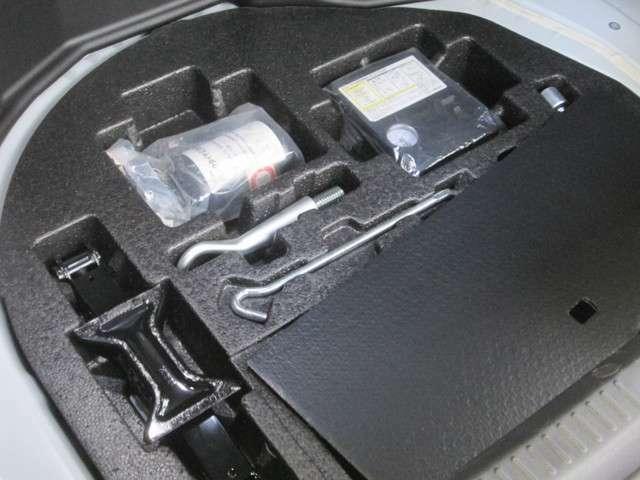 パンク修理キットやジャッキ工具類揃っています。