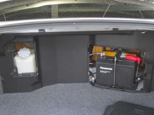 重量配分からトランクルーム内にバッテリーとウォッシャータンクが備わっています。