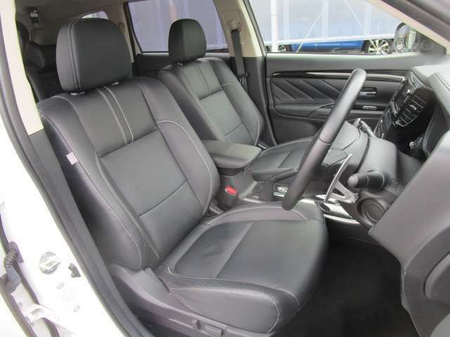 運転席はパワーシート。両側シートヒーター付き。