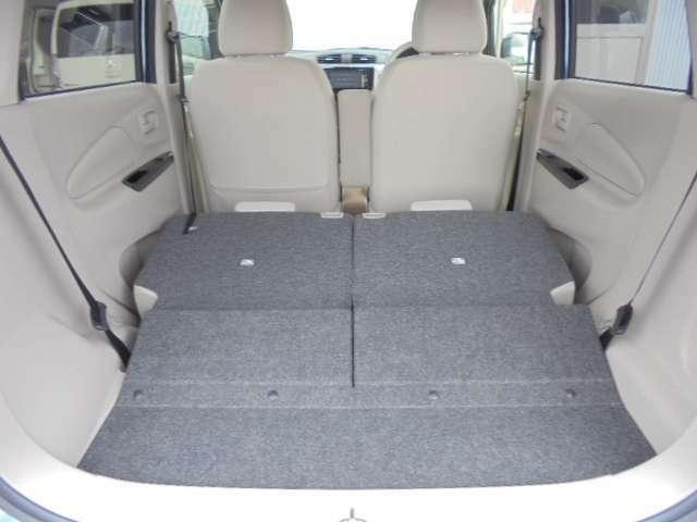 後部座席の背もたれを両方とも前方へ倒すと、かなり広いトランクスペースになります。