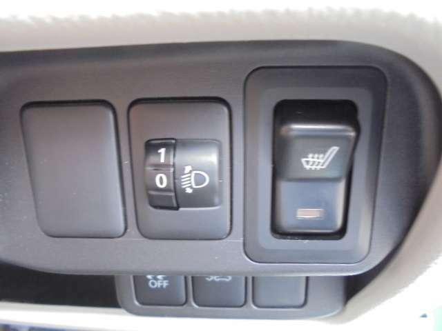 左側からヘッドライト調整ダイヤルとシートヒーターのスイッチです。