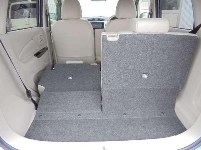 後部座席の背もたれを片方だけ前方へ倒すと、この様な感じになります。
