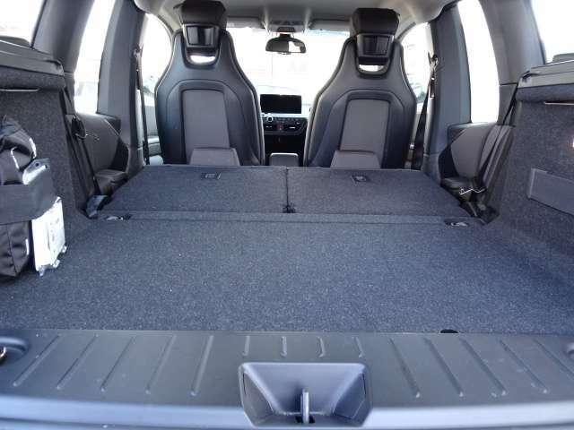 トランクも広い!後席の背もたれを倒すと、更に広大なスペースが!