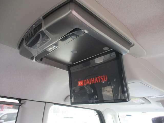 ★フリップダウンモニター(後席モニター)★天井にモニターが付いておりますのでお子様は大喜び間違いなし!長距離のドライブでもお子様を飽きさせずに運転できます♪