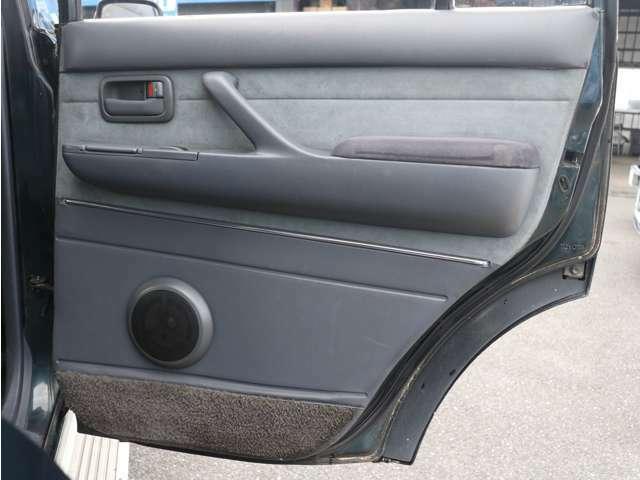2列目運転席内張りもキレイに保たれております☆