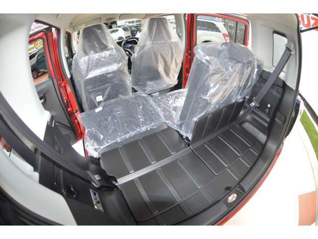 リアシートの背面とラゲッジフロアは汚れや水分を拭き取りやすい素材で、お手入れが簡単なので便利で、リヤシート背面のストラップを手前に引くとシートがスムーズにスライドし荷室側からも簡単にスペース拡大します