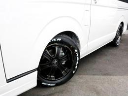 足元にはバルベロ ワイルドディープス17インチアルミを装着! タイヤはナスカーホワイトレタータイヤを合わせています。