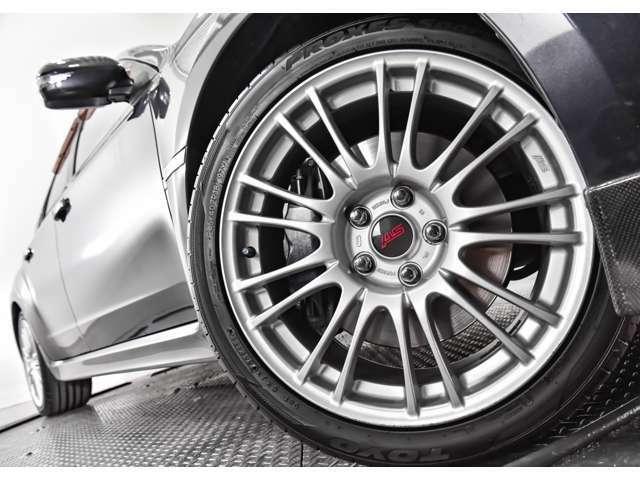 STI18インチアルミ 245/40R18 タイヤ溝は前後約7mm