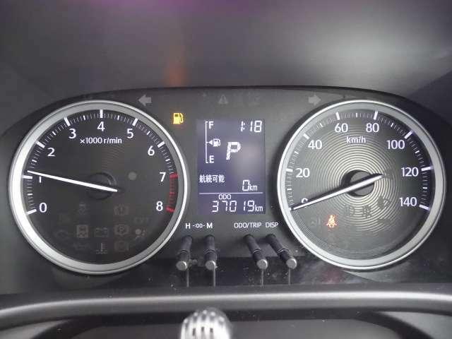 平均燃費や航続可能距離などを確認することの出来るディスプレイ付きメーター類