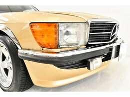 お宝車両の入荷です!世界中のVIPが愛したR107型SLが入庫いたしました!!前期モデルでありながら走行はなんと!1.2万km、当時の大手輸入販社、「麻布自動車」にて新車で購入されたモデルの2オーナー車両です!!