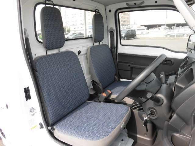 足元もスッキリしているので、汚れた後も掃除が楽々です。運転席のシートスライドで自然な運転姿勢ができます!