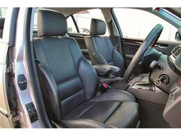 ホールド感のある本革のシートは、運転席はメモリー機能&パワーシートとなるので、家族で運転するようなケースでもベストな運転ポジションを記憶させておくことが出来ます!