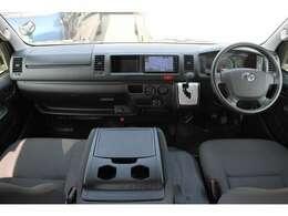 6速AT/運転席エアバッグ/ABS/キーレス/イモビライザー/電動格納式ドアミラー/アクセサリーコンセント(AC100V)/フロントエアコンが装備されています。