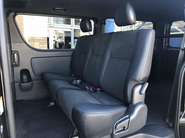 セカンドシートは大人3人乗っても十分な広さになります!