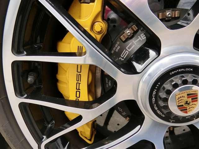 PCCBセラミックカーボンブレーキを装備