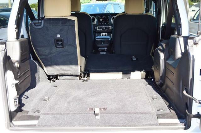 分割可倒式のリアシートで、積み込む貨物に柔軟に対応できます。