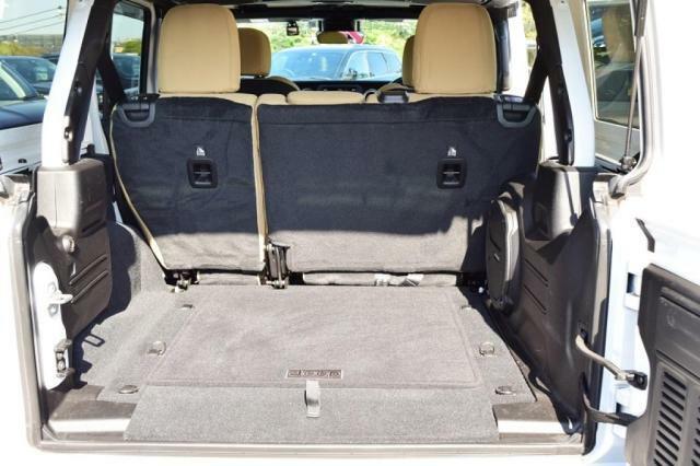 四角いトランクにアウトドア用品をたっぷり積んでください。