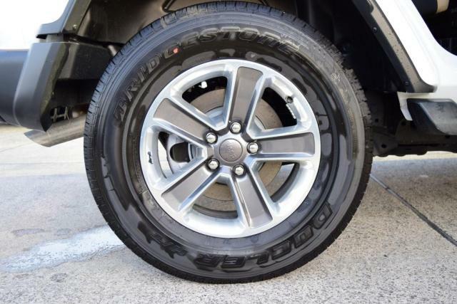 255/7018インチ 純正アルミホイール。タイヤの残量はまだまだです。