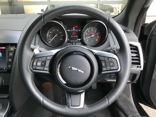 ステアリングパドルシフトはハンドルから手を離すことなくシフトチェンジを意のままに。ダイナミックモード時にご利用いただくと、より直感的なドライブをお楽しみいただけます。ジャガーの走りをご体感ください!