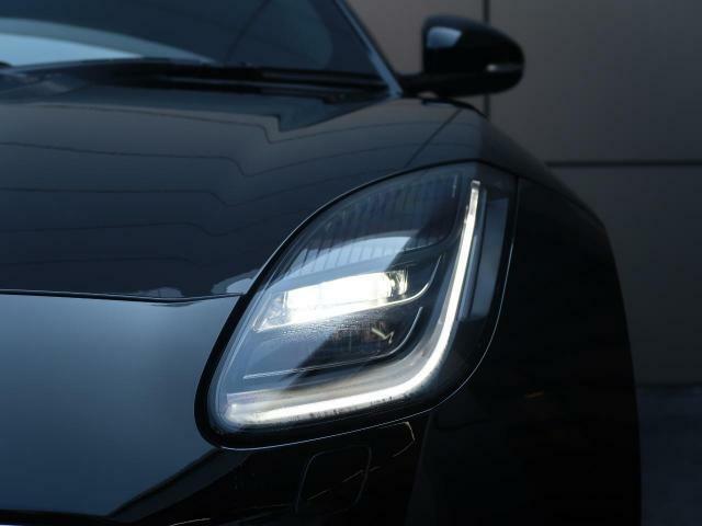ジャガーのアイコンである『Jブレード』のシグネチャーライトを採用したヘッドライト!夜間の視界を確保し明るく照らすフルLEDヘッドライト!夜間ではライトのデザイン性が存在感を惹きたてる!