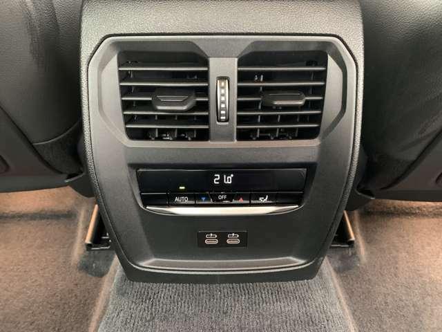 後部座席にもエアコン吹き出しが御座います。タイプCのコネクターも御座います。