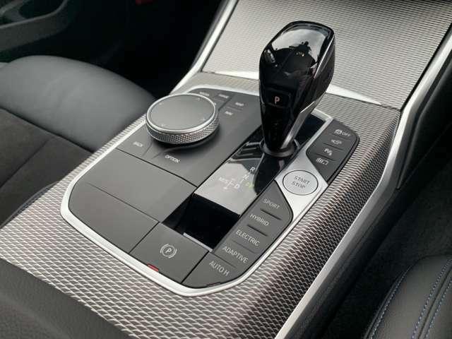 ナビゲーション操作は丸いダイヤルで可能です。走行モードの変更もできます。