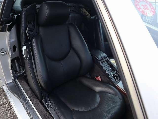 助手席もメモリーシート、シートヒーター付きです。