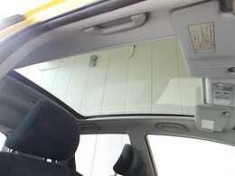 ルーフには大きなガラス窓の『スカイルーフ』を装備したお車!当店でも入庫の少ない仕様です!