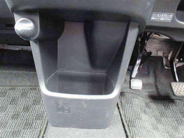 運転席と助手席の間にはペットボトルも置けますよ!