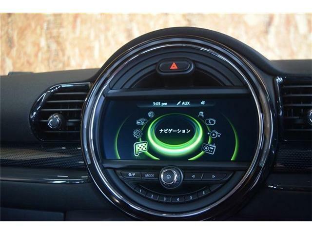 ナビ、バックモニターが付いているお車です。MINIエキサイトメントパッケージが付いているので車内の風速や温度を変えるとリングの色が変わります