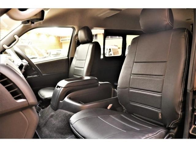 【フロントシート】ゆったり座れるフロントシートには黒革調シートカバー装着済♪