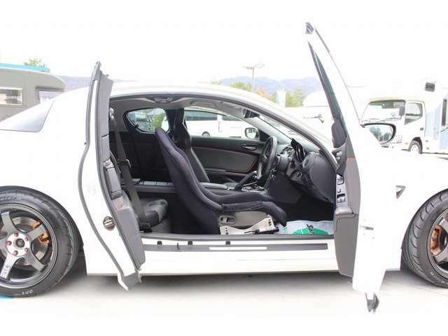 RX-8の特徴でもある観音開きドアで、後席の乗り降りも便利です♪