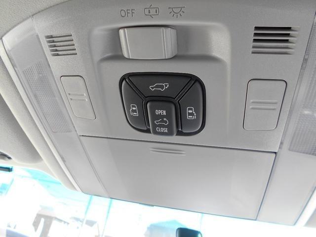 オーバーヘッドコンソールには、パワーバックドア・両側パワースライドドア・ムーンルーフの各開閉スイッチが設置されております。運転席から操作ができて便利です。
