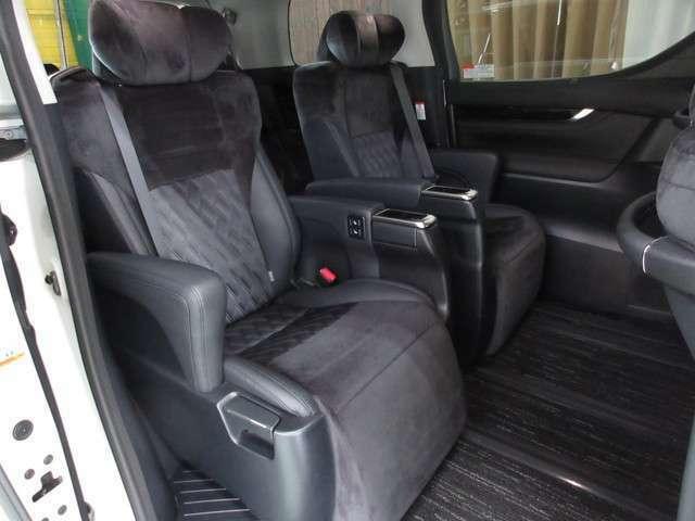 セカンドシート☆電動オットマン付きの高級感あふれるシートです♪大人の方でもゆったりと快適にすごせます♪