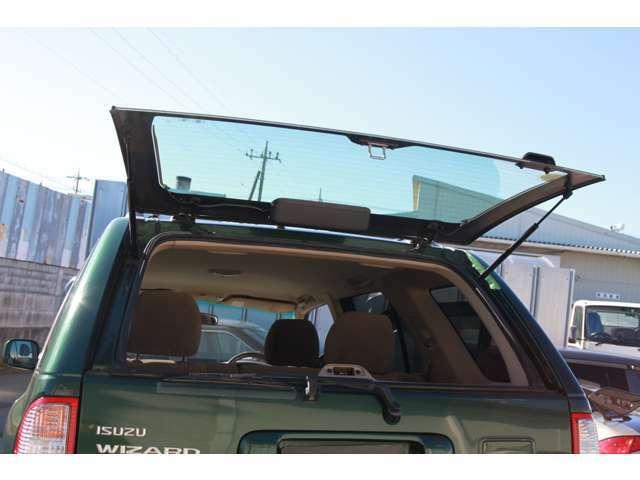 トランクは、まずガラスを上げてから開きます
