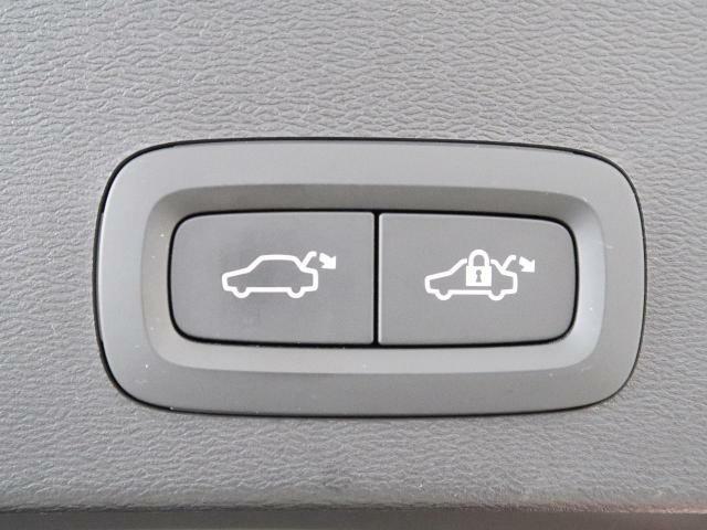 リアゲートはボタン操作一つで自動開閉をおこないます。リアゲートに備えられたボタンからの他、運転席側から、キーレスからも操作いただくことができます。女性にも喜ばれるポイントの高い装備です♪