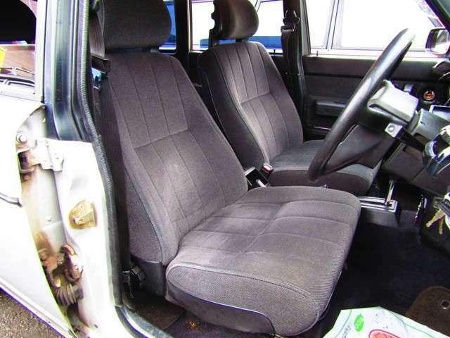 グレーモケットシートを中心としたシンプルかつ機能的な室内
