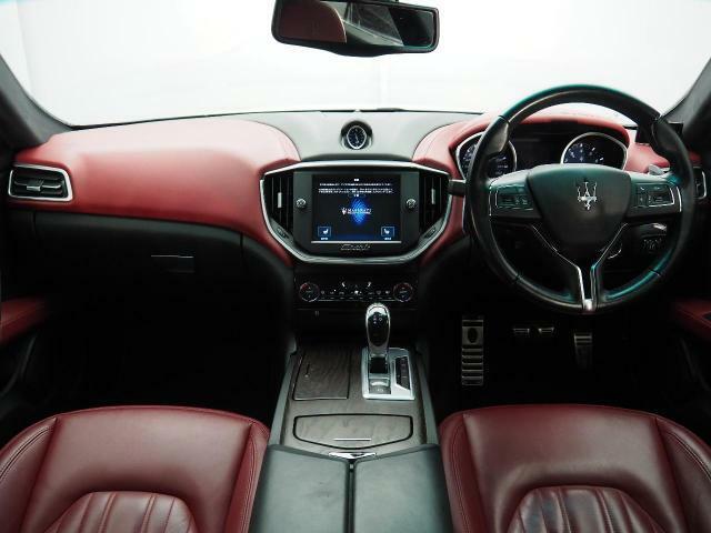 インテリアは8方向電動調整式フロントシート、ラディカウッドインテリアトリム、シートヒーター、ヴェンチレーションが装備され、スポーティーな走りの楽しみと快適性を両立。
