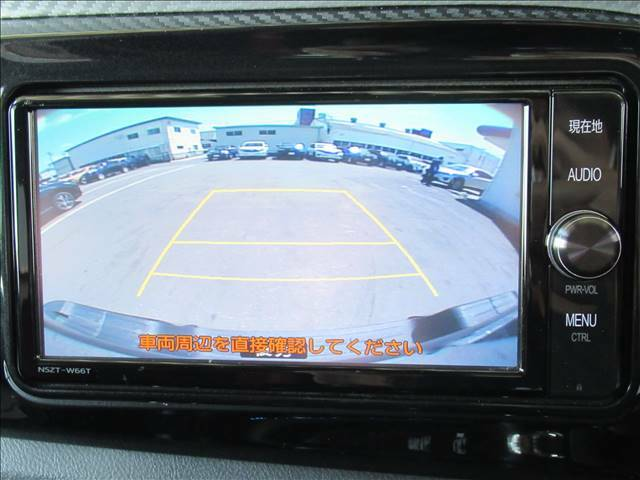 【カラーバックモニター】を装備しております。リアの映像がカラーで映し出されますので日々の駐車も安心安全です。