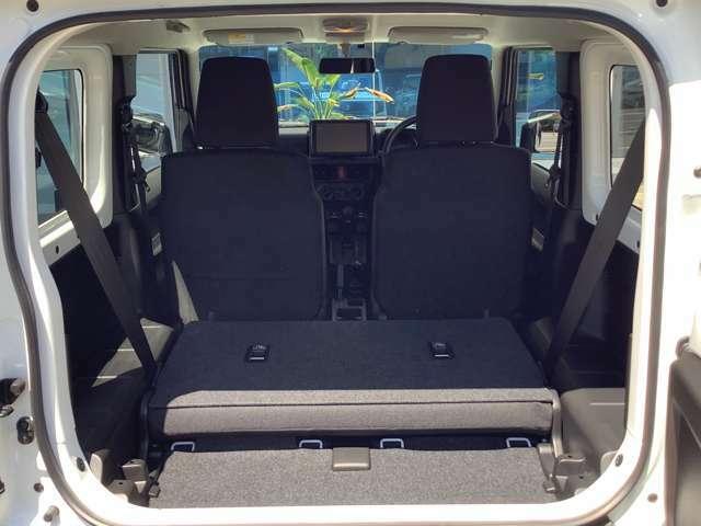リヤシート背面のストラップを手前に引くとシートがスムーズにスライド。ワンアクションでラゲッジスペースの広さが変えられます。