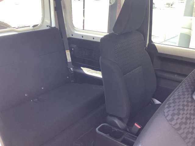 乗り心地と安全性を両立したシート!幅広のシートフレームとクッション性能の最適化により、オフロードでの優れた乗り心地を確保!