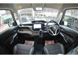 ガラスエリアが広いだけでなく、シートに座った時のアポイントが高いので、運転席からの見晴らし良好。センターメーターをドライバーの方に向けることで視認性も向上させてます