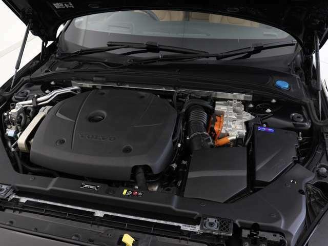 ターボチャージャーとスーパーチャージャーを併用するパワフルなガソリンエンジンはフロントホイールを駆動、応答性に優れる電気モーターのパワーはリアホイールへと送られます。