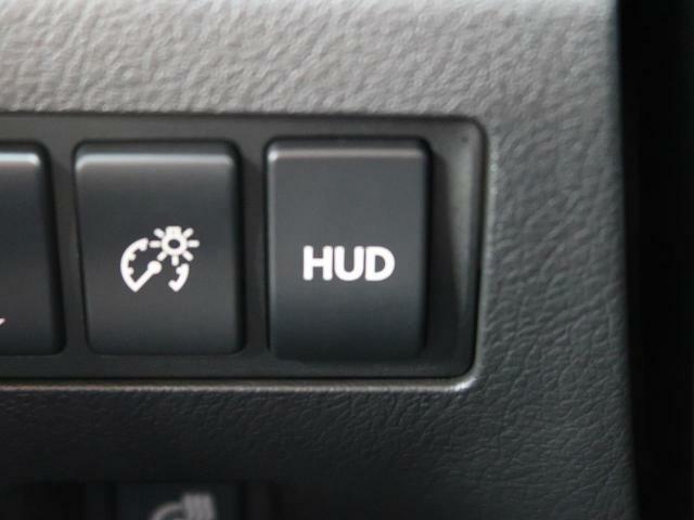 ●ヘッドアップディスプレイ:走行速度やナビゲーション等がフロントガラスに表示されます!運転中も安心・安全にドライビングをお楽しみいただける便利な装備です!