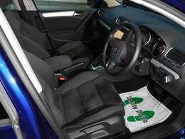 黒を基調とした室内です。質感の良いアルカンタラ/ファブリックシートです。シートの使用感も少なく上質なお車です。